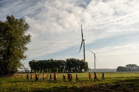 Volg een rondleiding over het windpark en bekijk eens een molen van dichtbij. Indrukwekkend!